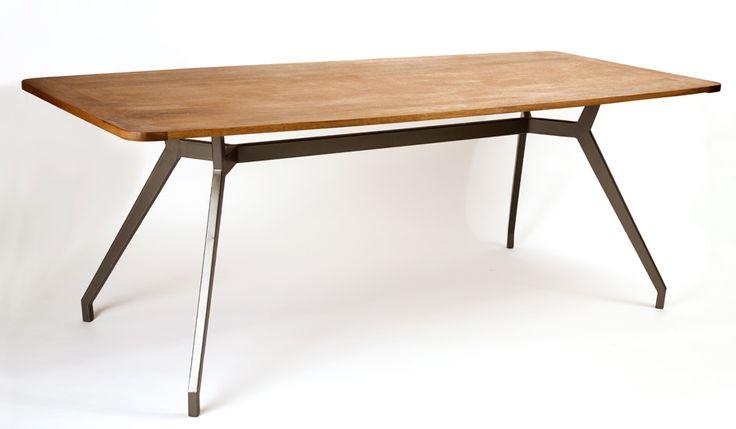Mesa con cubierta de madera maciza en banak con patas de hierro galvanizado / LUMIKA DESIGN