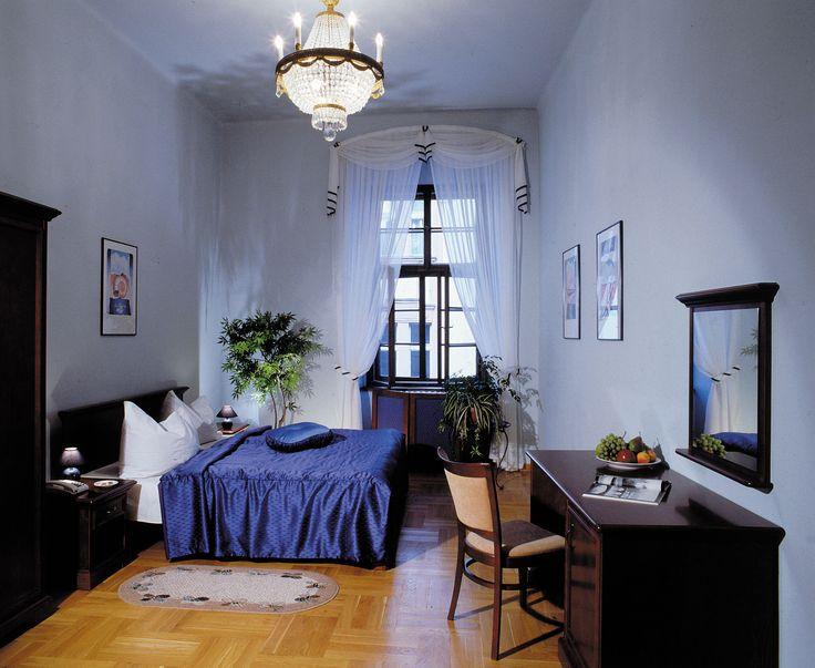ložnice s krásnými vysokými stropy a záclonami a přehozem přes postel z Ateliéru Orsei. #modrá #záclony #ložnice #přehozpřespostel
