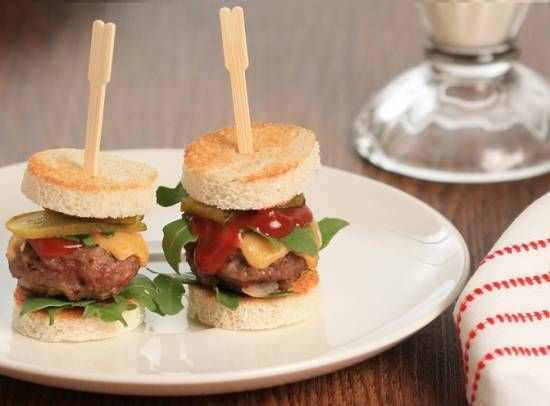 Amuse van mini hamburgertjes met rucola en cheddar - leuk voor kerstfeest school