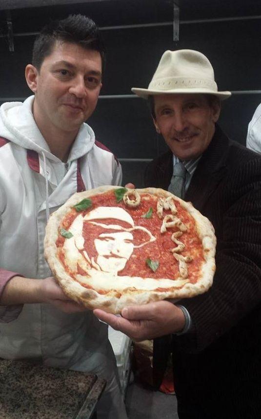 Foto ricordo con Errico Porzio della pizzeria Lampo2 Soccavo Napoli al momento della consegna della pizza con l'immagine di Gennaro 'o masto d''a pizza.