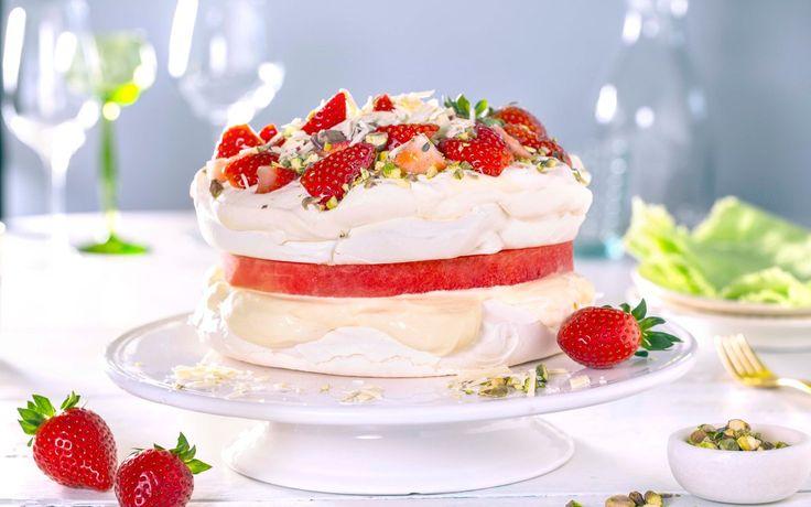 Pavlova er så godt at du kan godt lage den i flere lag. En skive vannmelon mellom er både gøy og friskt! Topp med røde bær, nøtter og hvit sjokolade.