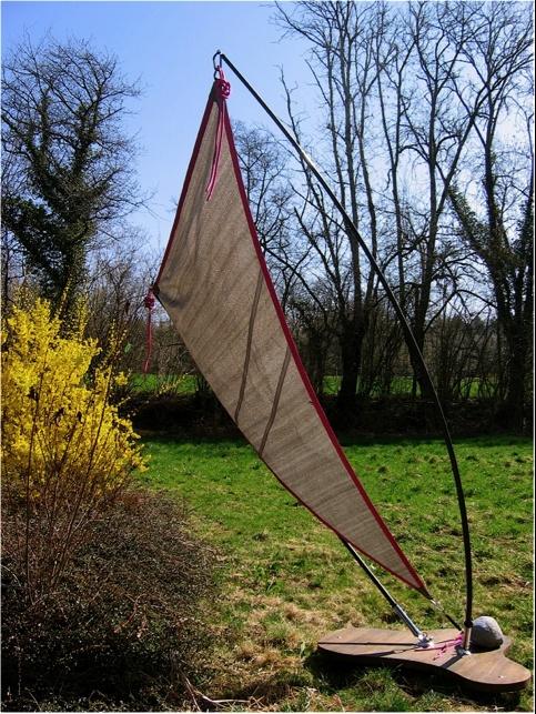 Installation d' ombrage  mobile avec  une voile triangulaire dont le tissage de noeuds est intégré dans  la forme de la voile.  Détails très Haute-Couture...
