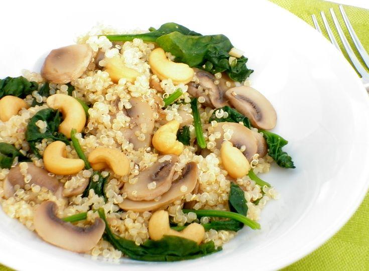 Quinoa con funghi, spinaci e anacardi