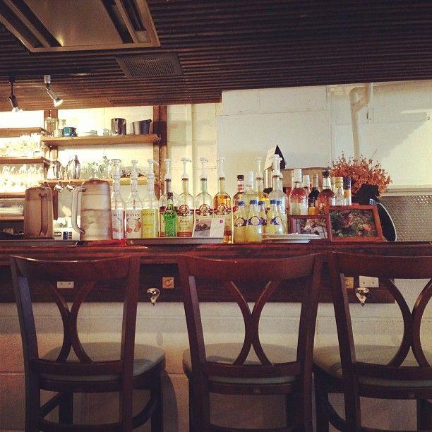 今日もまたカフェオハナにきて、席が空くのを待っています。