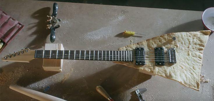 """En partenariat avec le studio Atlanta Props, l'enseigne de restauration a créé la première guitare constituée autour d'une chips tortilla géante. Concrètement, le studio a donc réalisé de toute main cette création culinaire qui donne vie à une guitare tout à fait fonctionnelle. Les clients du Moe's Southwest Grill ont eu l'occasion de découvrir la fameuse guitare lors du """"Free Queso Day""""."""