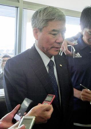 空港で取材に応じる日本サッカー協会の大仁邦弥会長=24日、シドニー ▼24Jan2015時事通信|告発は「受理されていない」=協会が確認、大仁会長明かす-サッカー日本代表 http://www.jiji.com/jc/zc?k=201501/2015012400115