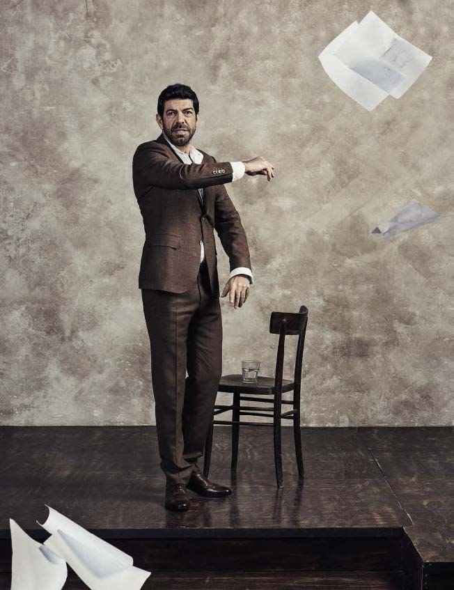 Pierfrancesco Favino salta del cine a la portada de Vanity Fair Italia en fotos de Sven Baenziger
