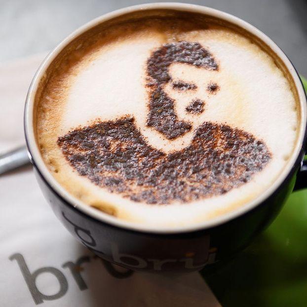 Un cappuccino con disegnato l'attaccante del Leicester City Jaremy Vardy in un bar della città, per festeggiare la vittoria della Premier League