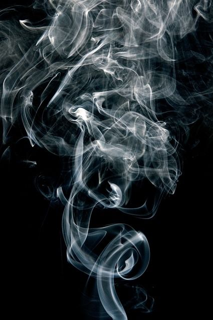 Sigarettenrook, chaos, mooi ZW beeld
