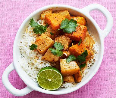 En vegetarisk currygryta med mycket smak från härliga rotfrukter. Hettan från chilin och syrligheten från citrongräset och limen blir en skön kombo tillsammans med den krämiga kokosmjölken. Servera gärna kokoscurryn med ris och gärna ett par limeklyftor.