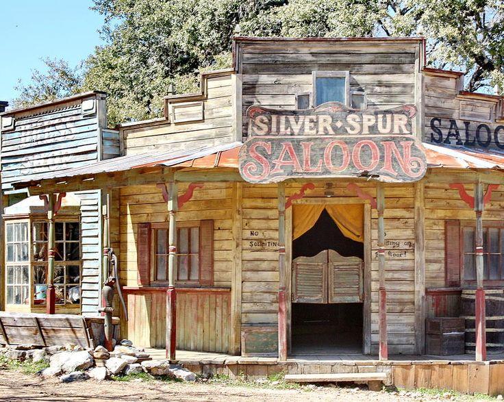Entrar em um bar do velho oeste.