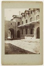 Prison de la Santé, 42 rue de la Santé. Paris (XIVe arr.). Façade sur cour avec horloge. Photographie de Charles Marville (1813-1879) et Pierre Emonts (1831-1912). Papier albuminé, vers 1870.
