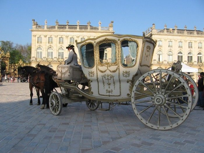 LE carosse !!!!    http://calechesdeversailles.com/var/attelagesidf/storage/images/evenements/mariage/galerie/carrosse-marie-antoinette/1769-1-fre-FR/carrosse-marie-antoinette_large.jpg