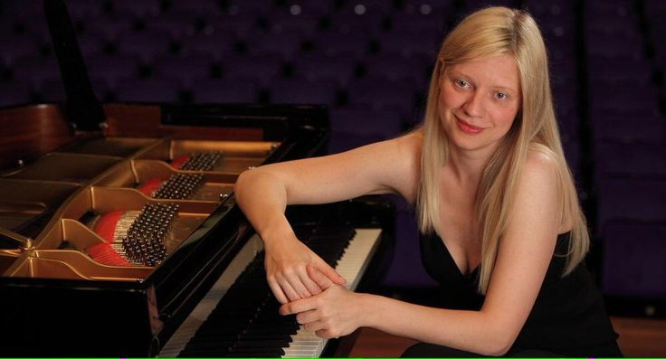 Pianist @ValLisitsa LIVE #inthenowRT TONIGHT before her concert-requiem in war-torn #Donetsk. Send us your quesions