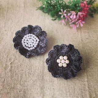 リネンお花編みブローチ ・ 先日、雑貨屋さんで購入した リネン糸で作りました✨ ・ #minne #ミンネ #ハンドメイド #編み物 #かぎ針編み #ブローチ #パールビーズ