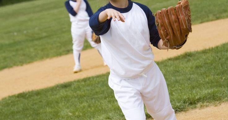 Ejercicios para lanzar la bola de softbol más lejos. El softbol es un juego que comparte semejanzas con el béisbol, sin embargo, utiliza técnicas de lanzamiento diferentes, junto con un campo más pequeño y una bola más grande. El Softbol es tradicionalmente deporte de mujeres, a menudo complementando el béisbol de los hombres en la escuela secundaria y las universidades de toda América. Hoy en día, ...