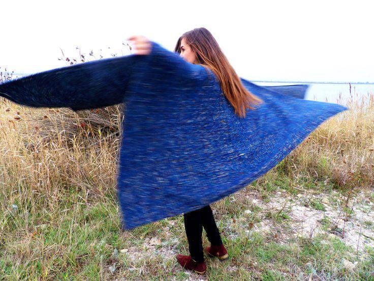 Le poncho c'est géant... Dans tous les sens du terme! A mi chemin entre une cape, un châle, une écharpe, un manteau oversize et une couverture, on le voit partout cet hiver... Il donne un petit cot...