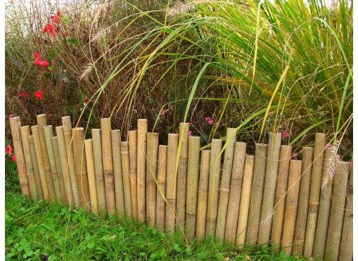 Bordure de jardin en bambou naturel 24-30 cm x 2m. Pas d'indication sur le montage.  A placer sur des tiges de fer à béton enfoncées dans le sol.