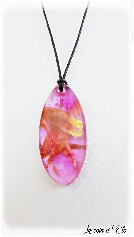 Collier / pendentif résine rose et bois