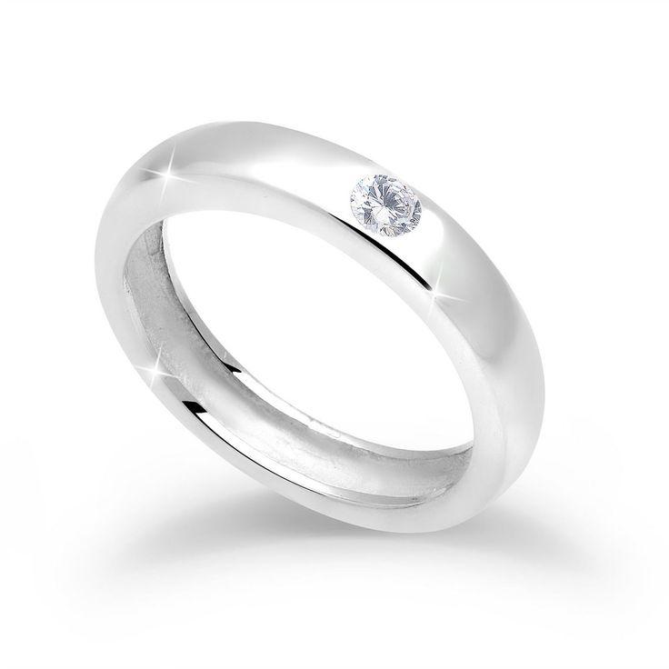 """Wunderschöner klassischer Ring aus feinem 925er Sterlingsilber, hochglanzpoliert, besetzt mit einem funkelnden weißen Zirkonia Stein (3mm).  Weitere Hilfe zur Ringgröße:  Angegebene Größe in mm entspricht """"Ring Innen-Umfang"""", Umrechnung in """"Ring Durchmesser Ø"""" wie folgt:  52mm Umfang = 16,5mm Ø 54mm Umfang = 17,2mm Ø 56mm Umfang = 17,8mm Ø 58mm Umfang = 18,4mm Ø  Produktdetails: Steinfassung: M..."""