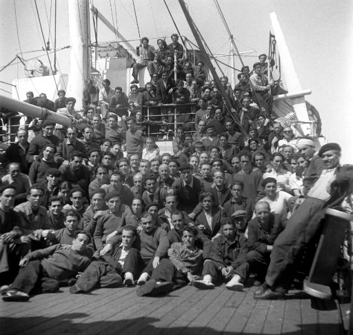 """DIVISIÓN AZUL: Barcelona, 2-4-1954.- Llegada al puerto de Barcelona del barco griego """"Semíramis"""", fletado por la Cruz Roja, con los prisioneros de la División Azul que han sido liberados tras pasar un mínimo de ocho años en campos de concentración de la Unión Soviética. EFE/nr"""
