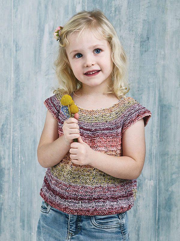 89721c378084 Strikkeopskrift på kortærmet bluse til pigen. Blusen er sød med de  farverige striber og vil