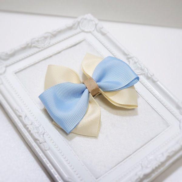 重ねたリボンが可愛いヘアクリップです。サイドに留めたり、お団子ヘアのアクセントにしても可愛いですよ。お子様にもお使い頂けます。クリップだけで留まらないヘアスタイルの時は、細めのヘアゴムで束ねた上から飾りのように留めることをオススメします。●カラー:ブルー×オフホワイト●サイズ:縦約7cm×横約8.5cm・クリップ6cm●素材:ググログランリボン●注意事項:無理に引っ張ったりすると破損する恐れがあります。●作家名:Chameleon#リボン #おしゃれで可愛い #リボン #髪飾り #ヘアアイテム #ヘアアクセサリー #清楚 #レディース   #大人かわいい #上品 #雑貨 #アレンジヘア #華やか #シンプル #派手すぎない #立体感 #ビジュー #まとめ髪 #ガーリー  #ヘッドアクセ #エレガント #成人式 #和服 #入学式 #卒業式 #入園式 #卒園式 #フォーマル #カジュアル #スーツスタイル#結婚式  #ヘアクリップ #バレッタ #ヘアゴム #ハンドメイド…