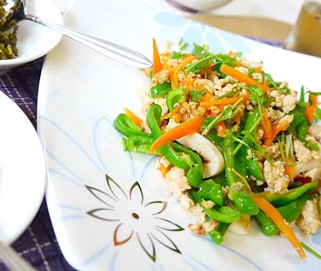 野菜は油通しでシャキシャキू(◍ ›◡ु‹ ◍ ू) - 53件のもぐもぐ - 鳥挽き肉のさっぱり中華炒め by Hironobu