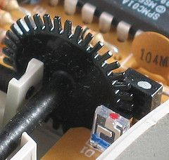 Como hacer un encoder óptico usando partes de un mouse mecánico  (How to make an optical encoder using parts of a mechanical mouse)