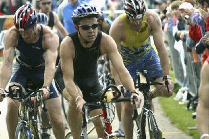 Bicicletas de triatlón contra bicicletas de carretera. Aunque las bicicletas de carretera son usadas comúnmente en las competencias de ciclismo de carretera, la más especializada bicicleta de triatlón o contrarreloj te dará la ventaja en carreras cortas. Estas bicicletas tienen una geometría más ...