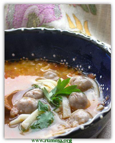 Erzincan Çorbası Malzemeler: – 250gr. yağsız dana kıyması, – 2 çorba kaşığı un, – 1 adet soğan, – 2 çorba kaşığı sıvı yağ, -2 adet domates – 1 su bardağı erişte, – 2 diş sarmısak, – 2 su bardağı yoğurt, – yarım demet maydonoz – Tuz, karabiber. Yapılışı: Kıymaya karabiber ve yarım tatlı kaşığı tuz …