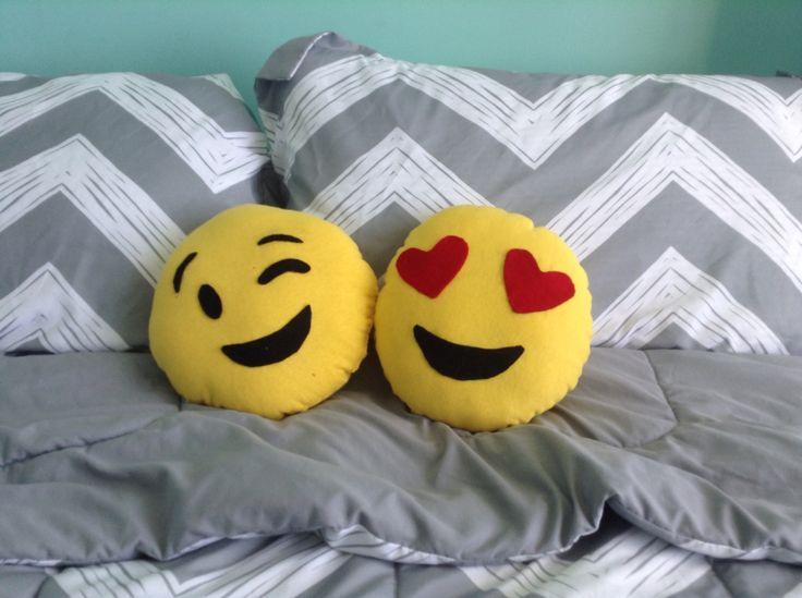 Super cute and easy DIYs emoji pillows.❤️ By: Héctor Alberto