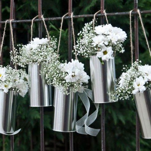 Kiezen jullie voor een los, nonchalant feest? Geen fan van strakke decoratie? Dan is deze set van 5 decoratieve blikken een kolfje naar jullie hand! Deze blikken kan je her en der ophangen bij de feestlocatie, we hebben ze voor jullie alvast voorzien van een touwtje. Je bestelt bij de bloemist leuke bloemetjes en als je wil kan je de blikken nog decoreren met een lint in de thema kleuren van jullie feest.