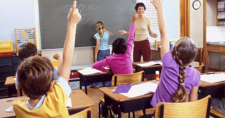 Cómo aplicar el conductismo en el aula . La teoría de conductismo indica que la combinación de tener un desempeño medible y los factores ambientales presentes comprenden la manera en que una persona aprende. Los profesores pueden utilizar esta teoría en el aula para entrenar a sus alumnos a exhibir conductas positivas y enseñarles cuando no se comporten correctamente.