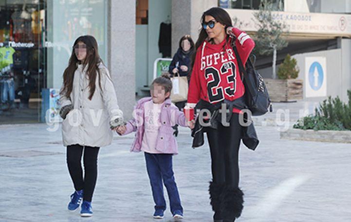 Νίνα Λοτσάρη: Βόλτα στη Γλυφάδα με τις κόρες της