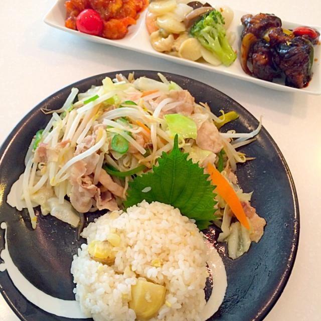 エビチリ、豚肉の黒酢炒め、八宝菜は、衝動に駆られ買ってしまいました。  昨晩の栗ご飯と野菜炒めで、豪華ランチ  栗ご飯とても美味しくできました(≧∇≦) - 20件のもぐもぐ - 栗ご飯と野菜炒めと3種中華 by yumenimishi101