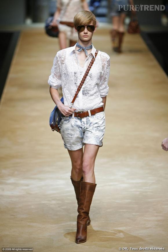 Défilé D&G Printemps-Eté 2010    Une chemise blanche oui... mais en dentelle. Manches retroussées, associée à un short en jean bleach, des lunettes aviateur et un foulard autour du cou : un look boyish plutôt que romantique.