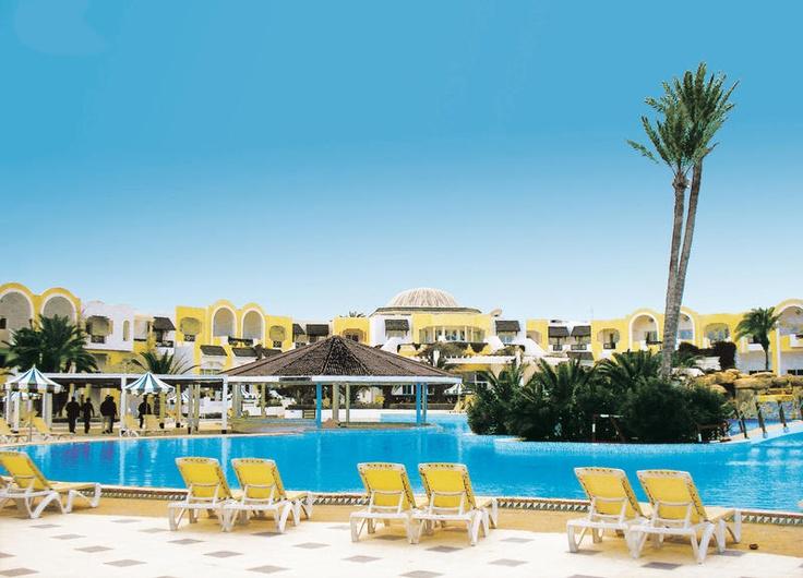 Hotel Djerba Holiday Beach is een goed verzorgd 4-sterrenhotel dat u alle gemakken biedt voor een heerlijke zonvakantie. Er is een mooi zwembad in de ruim opgezette tuin, een apart kinderbad en een welness center waar u o.a. tegen betaling kunt genieten van ontspannen massage- en lichaamsbehandelingen. Hotel Djerba Holiday Beach is een rustig gelegen hotel met een mooi privé-strand met leuke beachbars waar in het hoogseizoen regelmatig feesten worden gegeven.    Officiële categorie ****