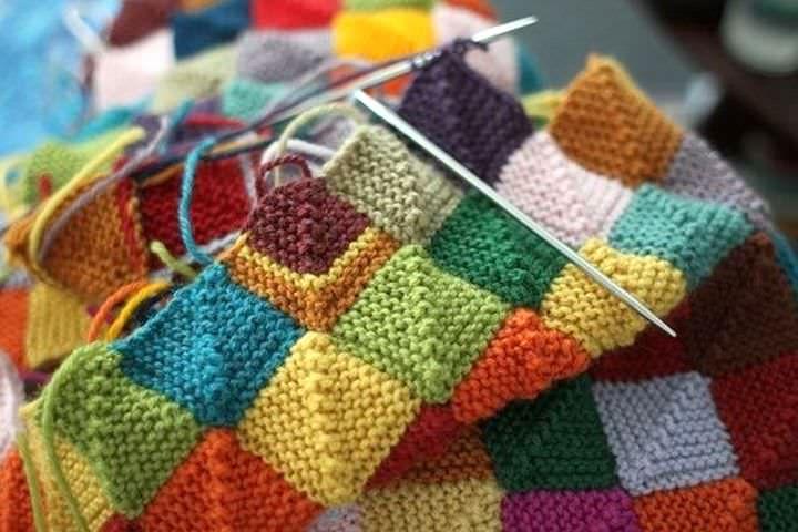 Пэчворк спицами отличителен от традиционного направления тем, что элементы изделий не сшиваются из кусочков ткани а вяжутся из нитей
