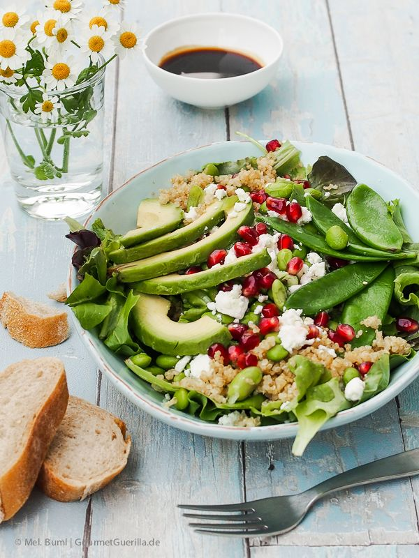 So lecker dieser Power-Salat mit Edamame, Avocado, Zuckerschoten, Quinoa und Granatapfel von GourmetGuerilla.de!