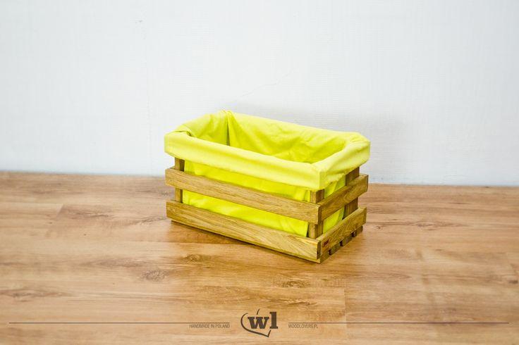 Na rynku znajdziemy wiele skrzynek drewnianych, ale wykonanych naprawdę solidnie z bardzo twardego drewna dębu już nie tak wiele. Drewniane elementy, użyte do ich budowy, zostały starannie wyszlifowane i zaoblone, aby żadna wystająca krawędź nie mogła nikogo skaleczyć. Listewki są bardzo mocno ze sobą połączone, dzięki czemu skrzynki są stabilne i nadają się również do zbudowania z nich regałów. Wysoka waga drewna dębowego także przyczyniła się do zwiększenia stabilności konstrukcji…
