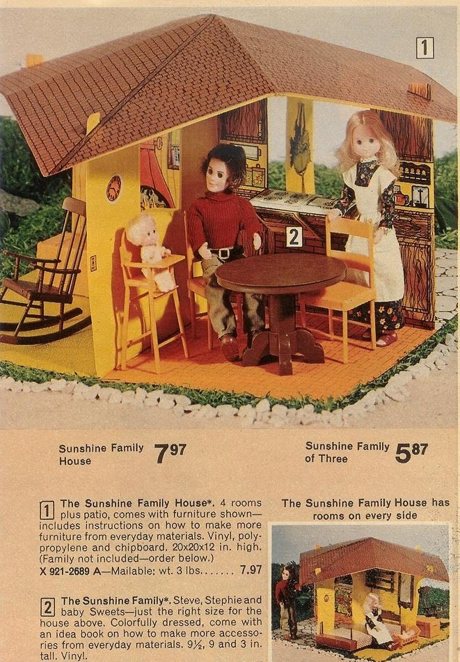The Sunshine Family: Barbies kregen we niet, dit wel: een leuke hippiefamilie met een leuk boekje vol hippieknutselideetjes! Had er ook een winkeltruck van: een soort gele hippietruck met een winkeltje erop. In 't winkeltje verkocht je dan bv gevlochten ceintuurs die je zelf moest maken. Er waren ook kledingsetjes die je zelf moest afwerken.