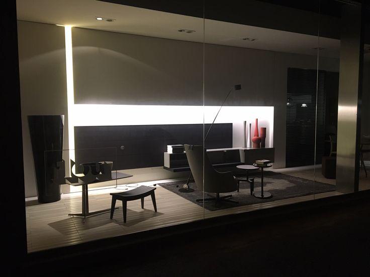 La nuova scenografia del nostro show room mette in evidenza alcuni pezzi d'autore: il programma di #Poliform #QUID, nato per interpretare le esigenze del cliente per il posizionamento di tv ed accessori, distribuendoli, senza farli vedere; la poltrona #GUSCIOALTO di #FLEXFORM, il tappeto vintage e il tavolo #MANTA di #Rimadesio A completare, i vasi di Rina Menardi e la lampada #SAMPEI di Davide Groppi.