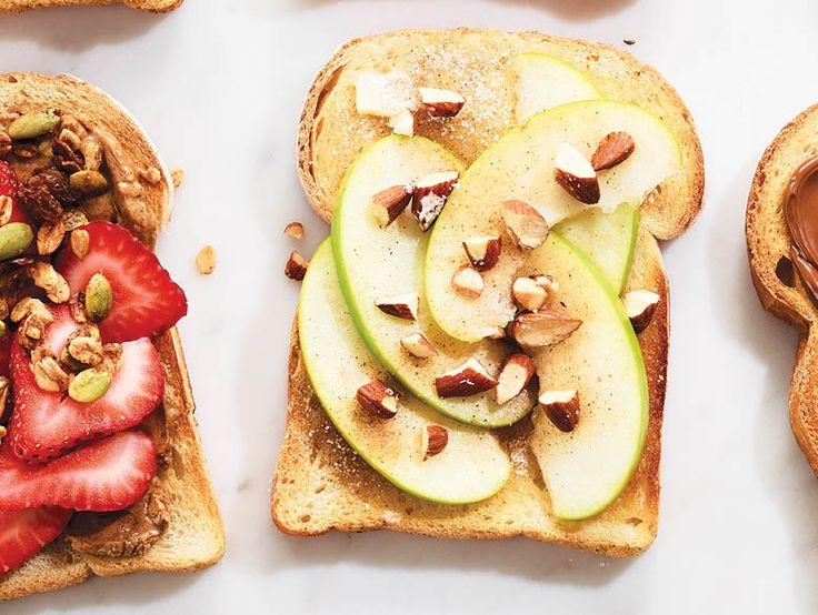 Beurre, pommes tranchées, amandes hachées et sucre à la cannelle  Tartiner chaque rôtie de 2 c. à thé de beurre. Mélanger 1 c. à soupe de sucre avec 1/4 c. à thé de cannelle. En parsemer les rôties. Garnir de tranches de pommes et d'amandes hachées.