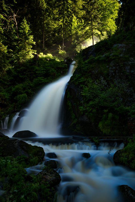 Ein wunderschöner Wasserfall im Herzen des Schwarzwaldes. Schöne Erinnerungen noch fantastischer machen?  Willst du auch Lightroom von Adobe lernen? Dann kann ich dir nur das Videotraining Lightroom like a boss nur ans Herz legen! Damit habe ich es verstanden Lightroom sinnvoll zu nutzen!