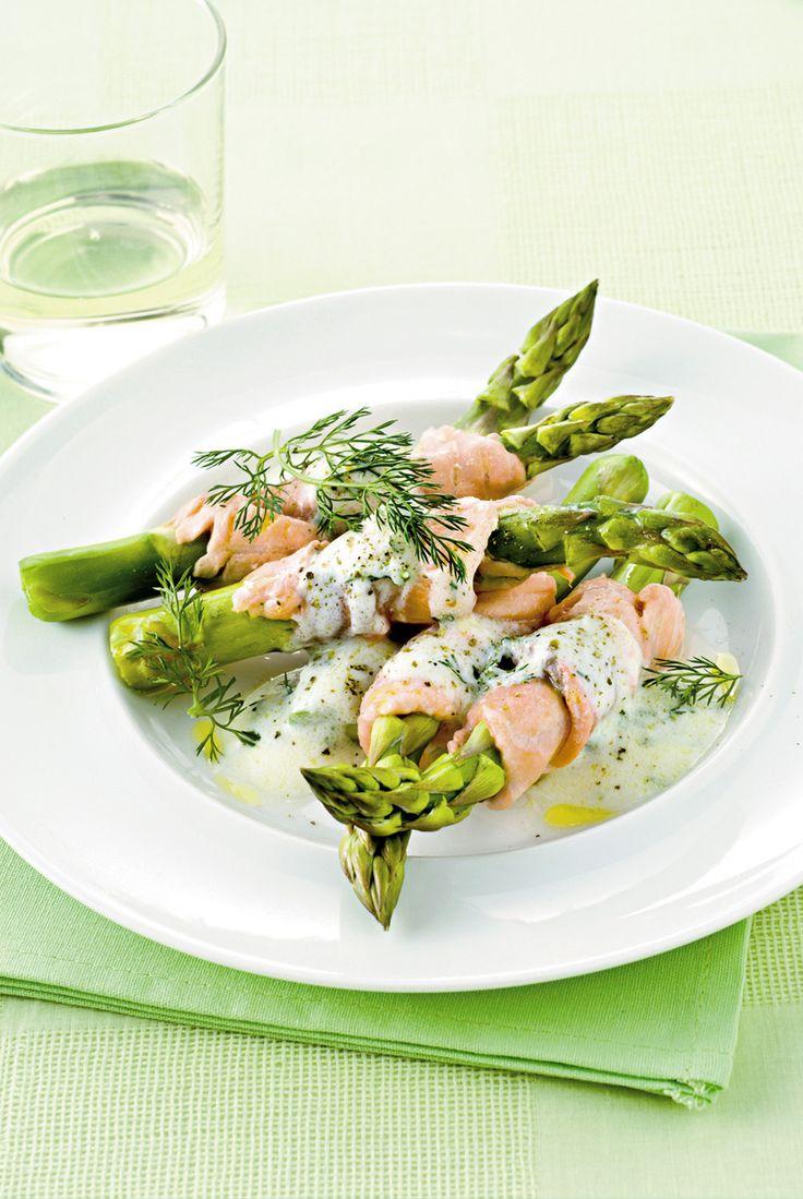 Gli asparagi si rivestono di salmone: un incontro di sapori e colori all'insegna della semplicità e della bontà. Prova la ricetta di Sale&Pepe.