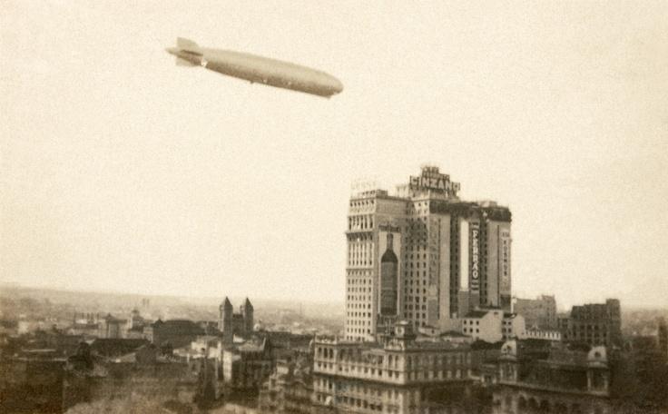 Alfredo Krausz/Acervo IMS | O Zeppelin sobrevoa o centro da cidade, cerca de 1933. (Source: SP 459 - No aniversário de São Paulo, em 25 de janeiro, o Instituto Moreira Salles seleciona em seu acervo 15 imagens da cidade nos últimos 150 anos, feitas por grandes fotógrafos).