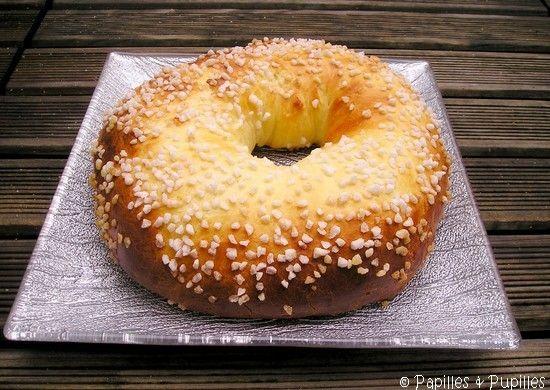 BRIOCHE DES ROIS PROVENCALE (280 g de farine, 10 g de levure fraîche, 80 g de lait tiède (entre 20 et 25°) + environ 2 c à s pour dorer, 1 oeuf (65 g environ), 4 c à s de sucre, 1/2 c à c de sel, 1 c à s d'eau de fleur d'oranger, 70 g de beurre mou coupé en dés, sucre en grains)