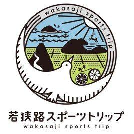 【若狭路スポーツトリップロゴマーク】<br />若狭路を舞台に行われるスポーツイベントをまとめる意味合いのロゴマーク。若狭路の自然を鳥瞰図的に表現しています。鳥の形は「W」の意味もあり、おおらかな鳥の羽で包まれているような、やすらぎのあるデザインです。