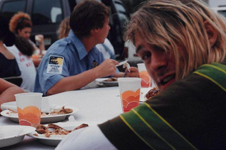 Kurt Cobain con el famoso jersey de rayas que lució en el videoclip de 'Smells like teen spirit'.